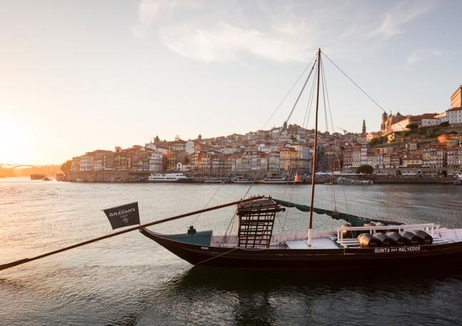Schiff auf dem Fluss Douro in Porto im Sonnenuntergang