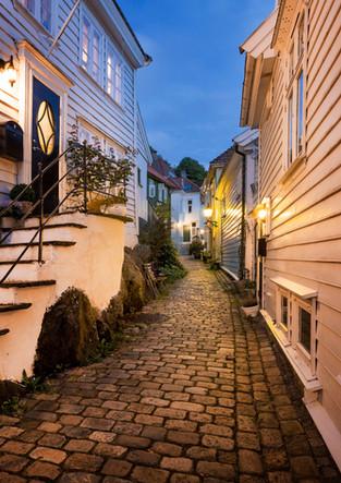 Straßen von Bergen bei Nacht