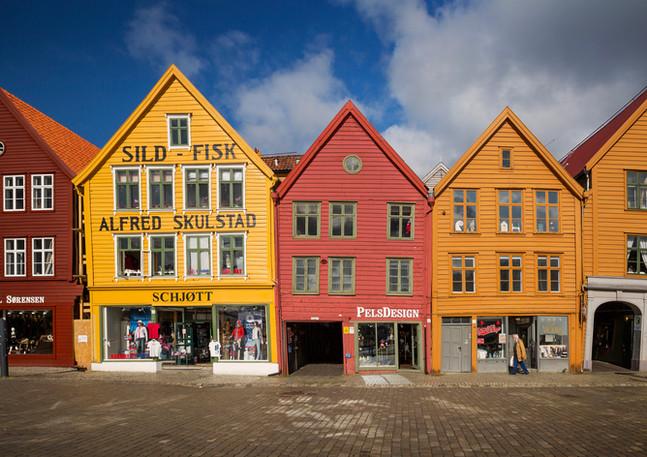 Bunte Hausfassaden der Kaufmannshäuser in Bryggen, Bergen
