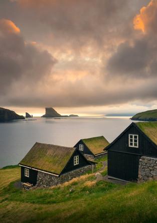 Häuser mit Grasdach im Sonnenuntergang, Färöer Inseln