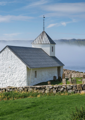 Kirche im Dorf Kirkjubøur, Färöer Inseln