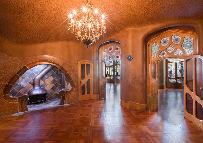 Wohnraum mit Kamin im Casa Battlo