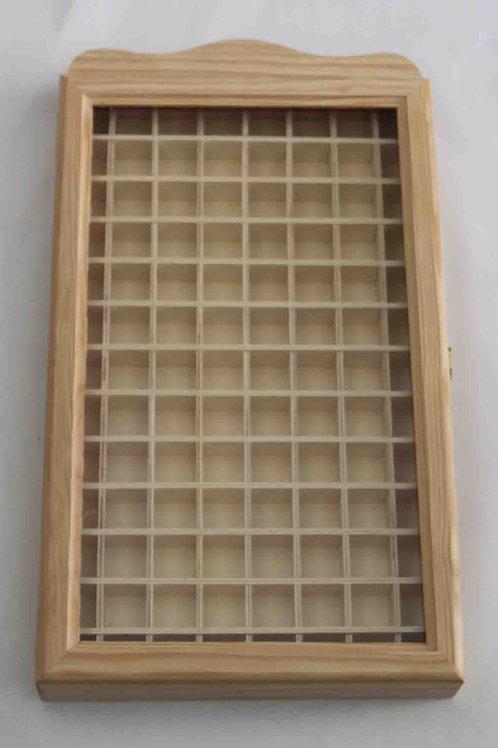 Vitrina de madera con cubos y puerta con cristal