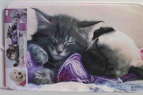Alfombra baño gato y perro con ovillos