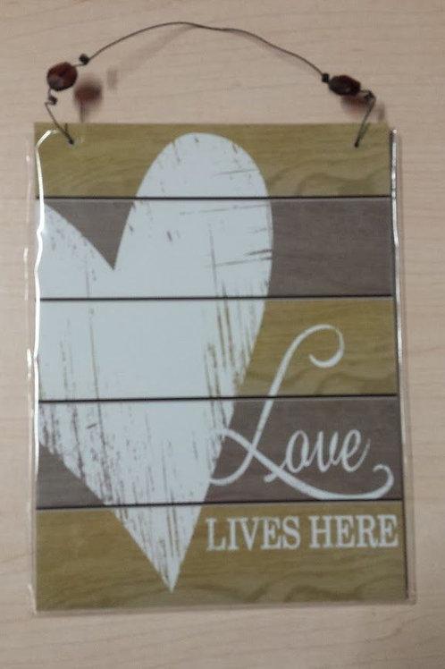 """Cuadro de madera colgador """"Love lives here"""""""