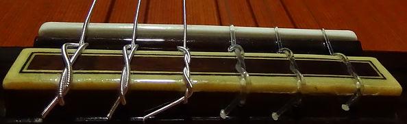 Noeuds autour du Chevalet d'une Guitare sèche