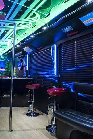 assentos de apoio junto ao bar