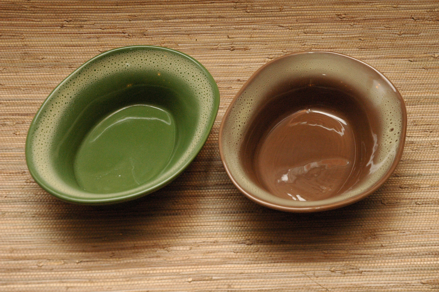 Oval bowls in frosty pine and frosty fudge