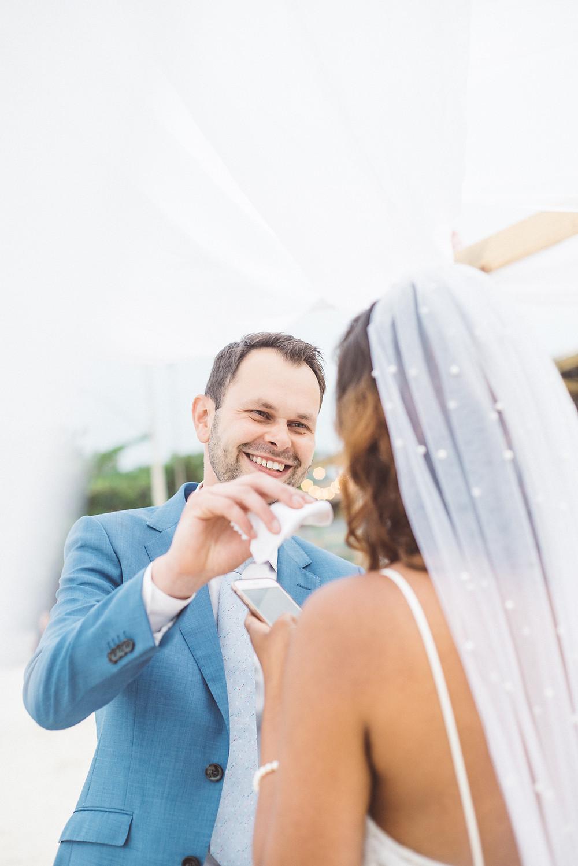noivo consolando noiva