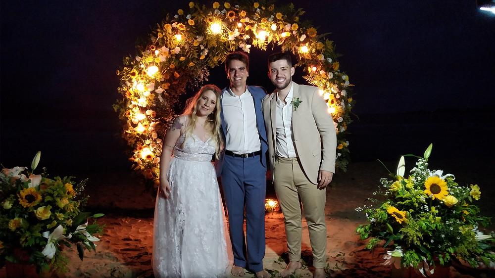 Casamento iluminado a noite na praia
