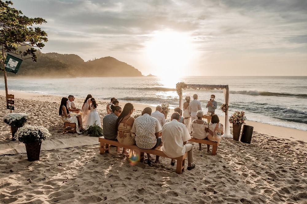 Cerimônia de casamento durante nascer do sol em Ubatuba, litoral norte de São Paulo