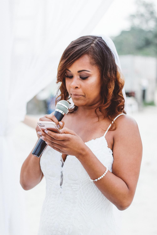 noiva lendo votos de casamento