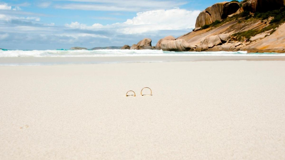 aliancas de casamento na praia