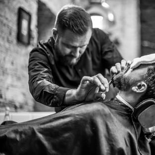 Barber Roman Romić podczas pracy