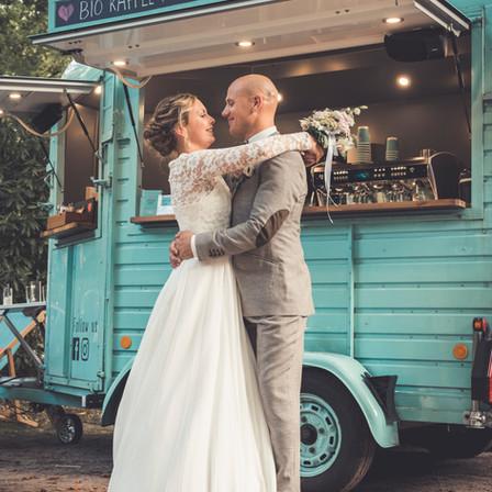 Brautpaar vor Kaffee-Anhänger