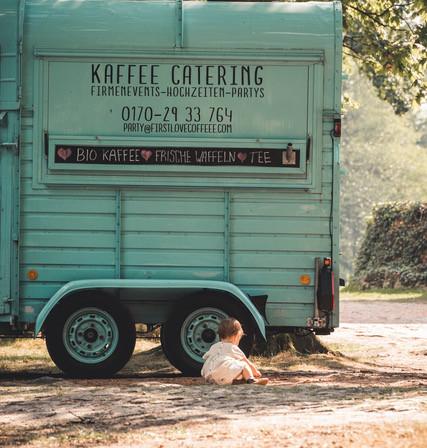 Kind vor Kaffeemobil