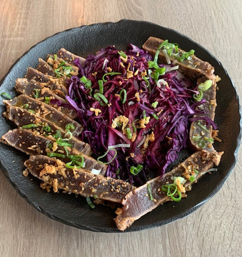 suggestion de cette semaine estivale Pavé de thon en tataki,salade de choux rouge,frites
