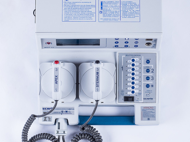 Cardioversor/Desfibrilador com monitor convencional