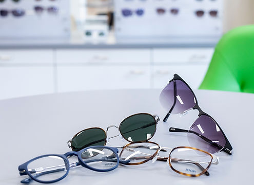 Sonnenbrillen und Korrektionsbrillen bekannter Marken