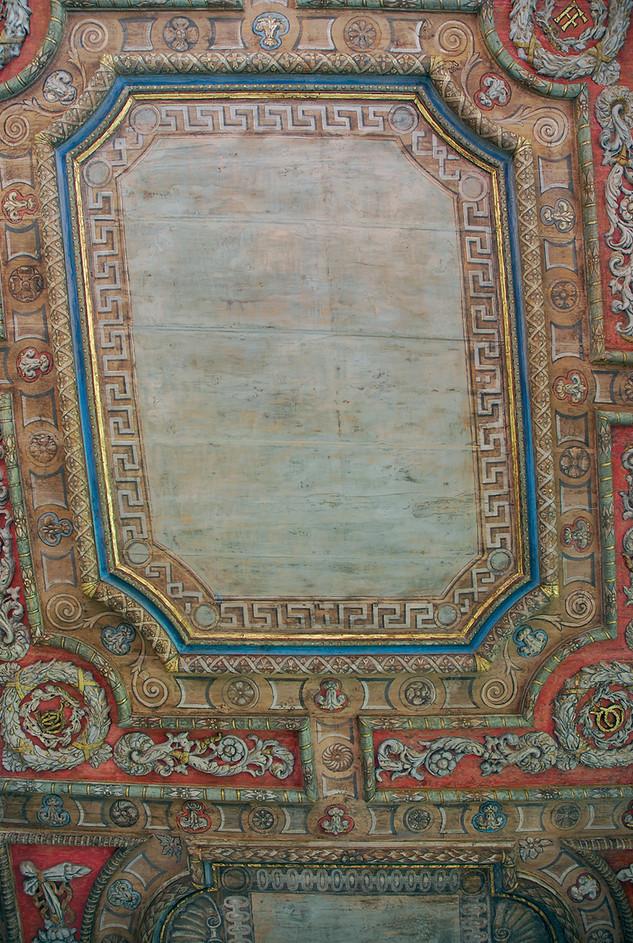 Restauration d'un plafond mouluré en bois polychrome, et ornements en papier maché