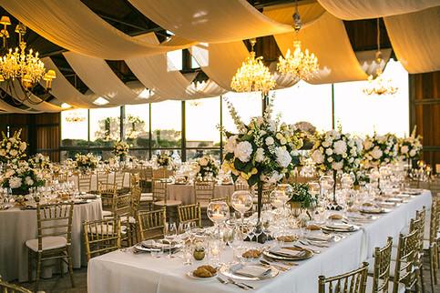 Cena de boda con decoraciones de mesa naturales.