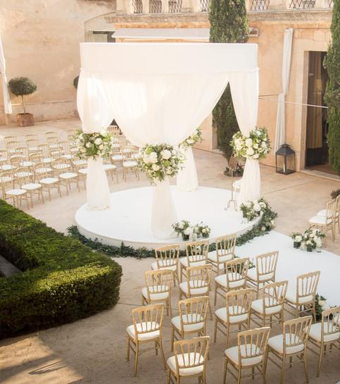 Cúpula de boda redondo con telas blancas