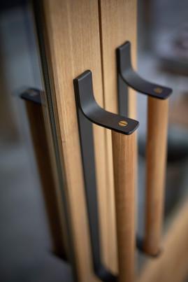 オリジナルでドアハンドルを鍛造にて制作しました。把手部は桜材です。
