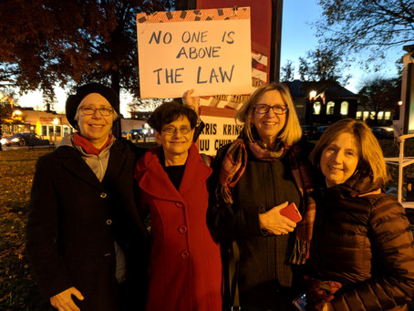 Lynnfield Dems protestin Reading Common to support Robert Mueller