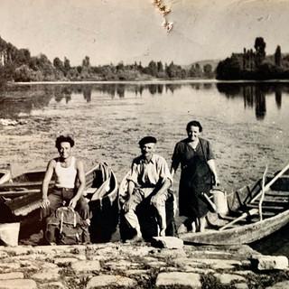 Père, frère et soeur au bord de l'eau en 1951