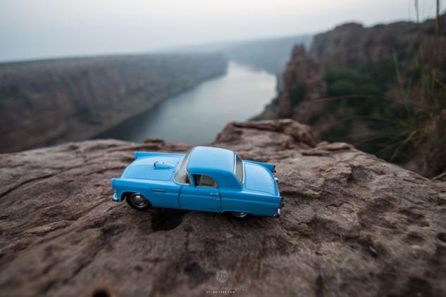 1955 Ford Thunderbird on the cliff of Gandikota