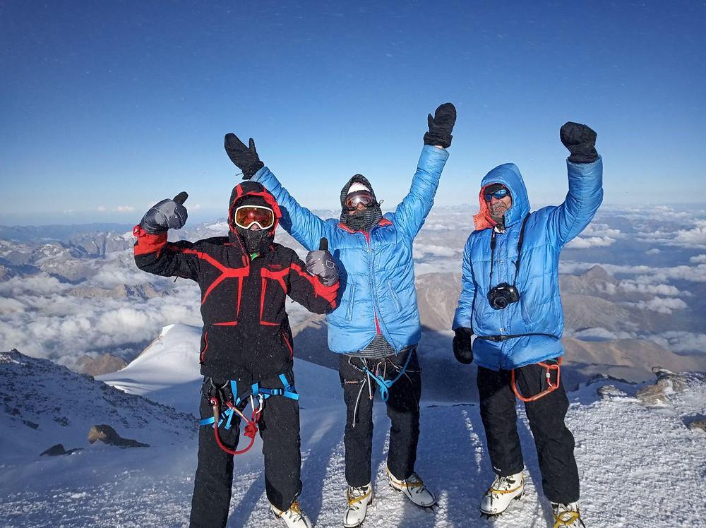 Одни на вершине Эльбруса 5642!