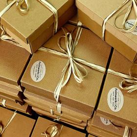 Geschenkboxen bereit zum Postversand.