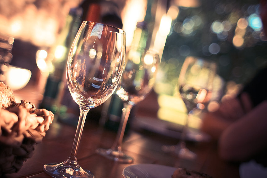 wine-glass-on-restaurant-table-225228.jp