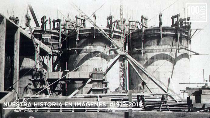 Operario en construcción de silos