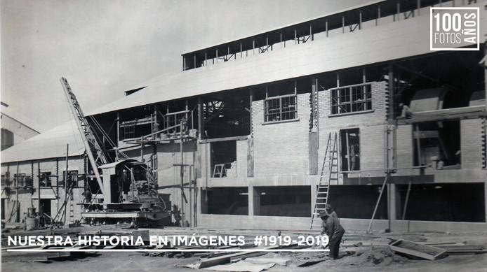 Operarios en grúa de construcción