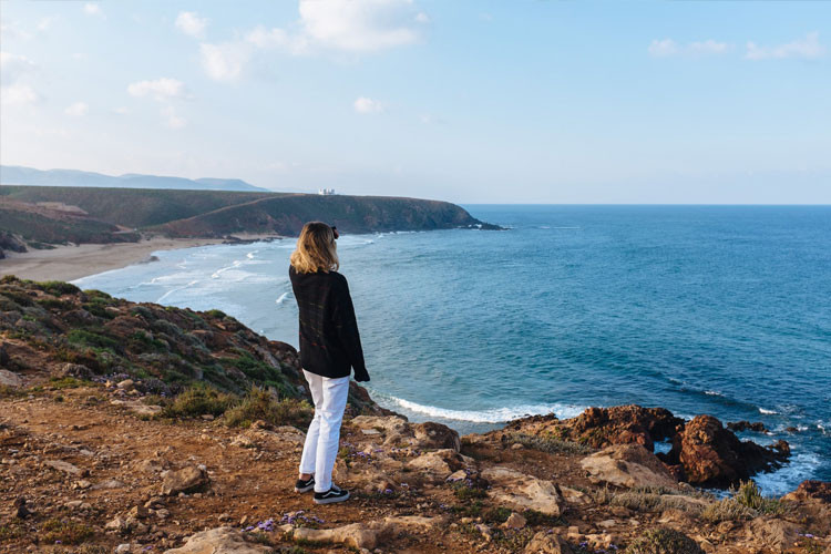 woman looking to ocean - find the best psychologist