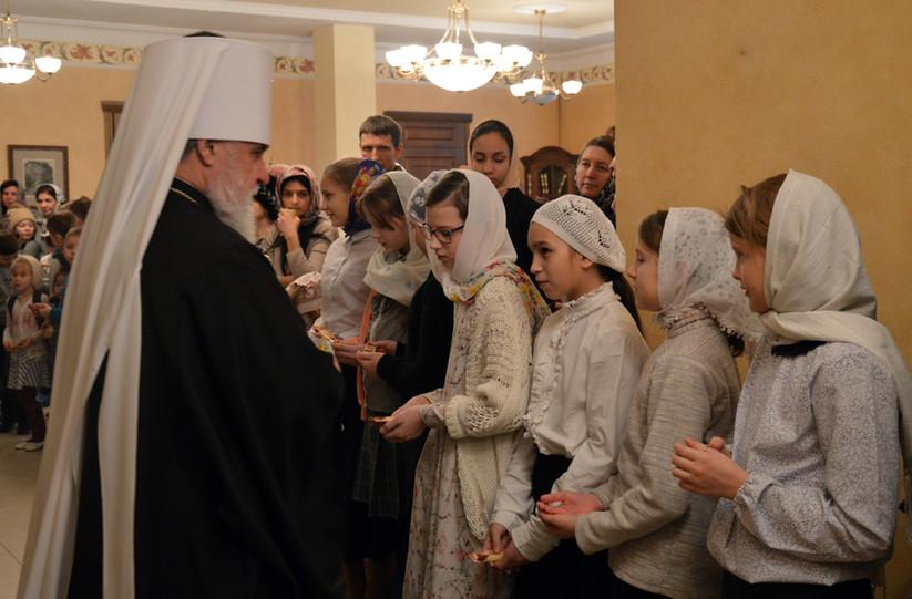 Девочки из церковного хора встречают Владыку Мефодия