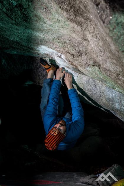 ein junges Mädchen in der Kletterschule