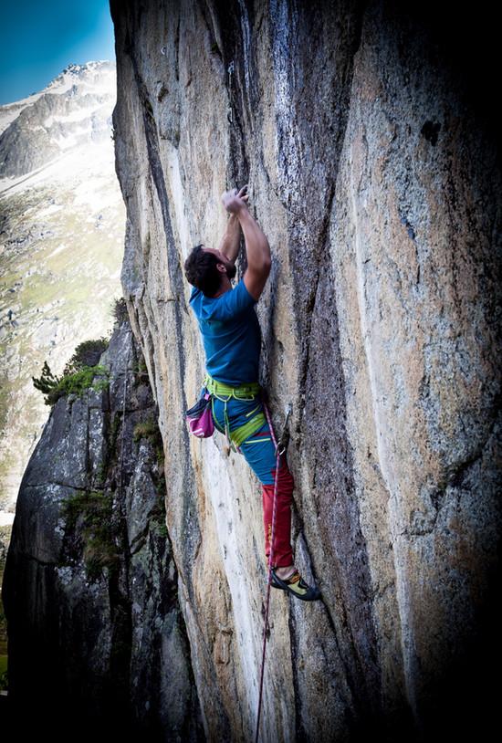 Mirko steigt eine steile Strecke hinauf