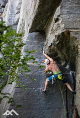 Mirko klettert unter ein beeindruckendes Felsendach