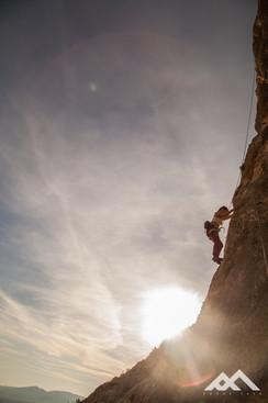Sonnenuntergang hinter einem Kletterer im Urlaub