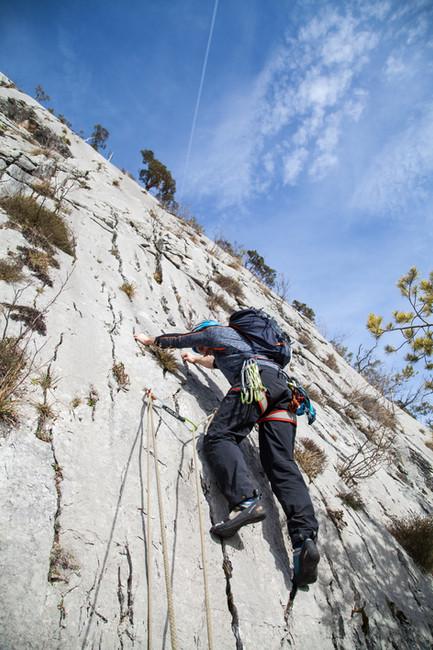 Ein Kletterer auf einem steilen Multi-Pitch