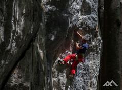 Mirko klettert auf einen schönen Felsen