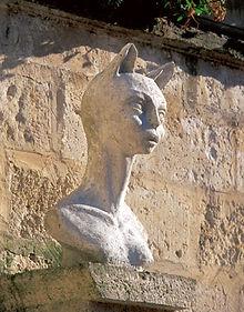 la romieu le village des chats et sa légende d angeline, les statues de chat Gers