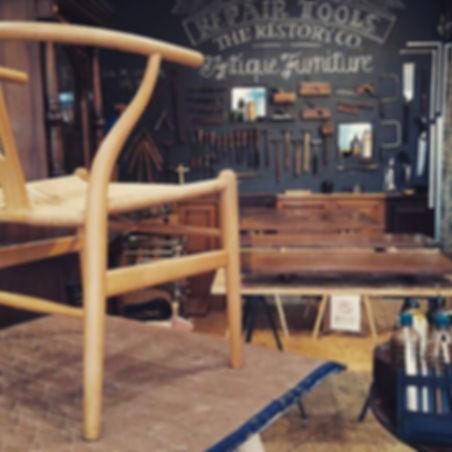 アンティークテーブルを修復しながら、_Yチェアのペーパーコードを編み、_和箪笥リ