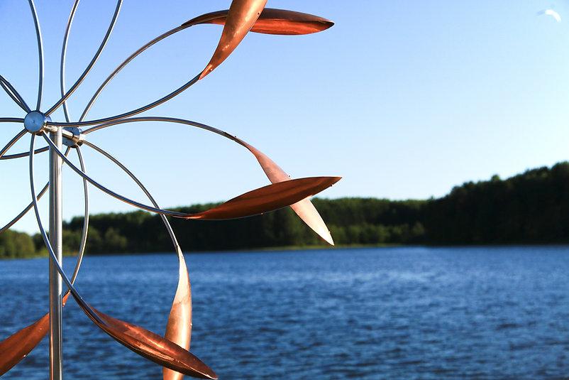 ветряные скульптуры у воды