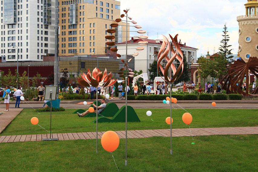 Композиция из ветряных скульптур в городском ландшафте