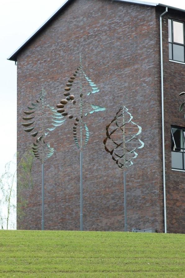 ветряные кинетические скульптуры в ландшафте