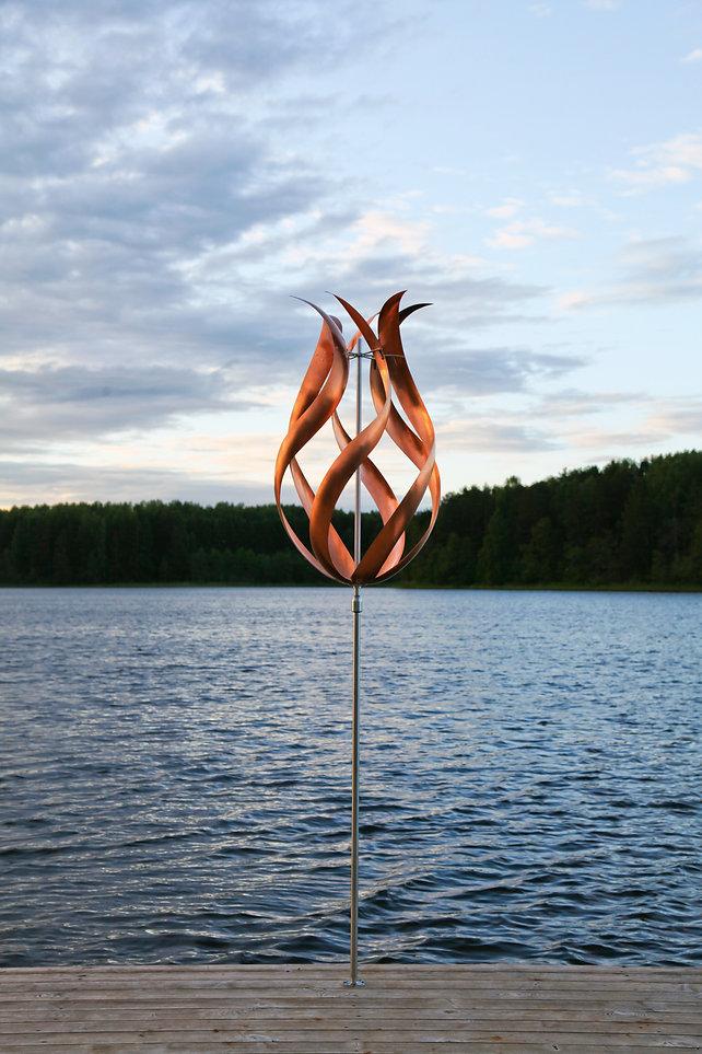 Ветряная кинетическая скульптура на пристани