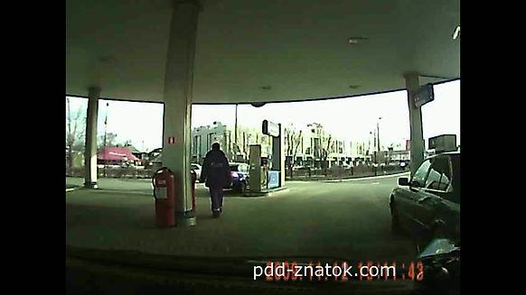 Автомобиль столкнулся с бензоколонкой